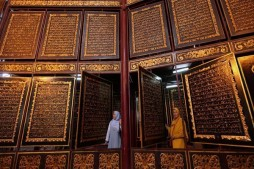 Large Wooden Quran in Indonesia Attracts Visitors from Around World